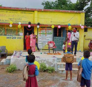 बच्चों का स्वागत रेड कारपेट एवम् फूलो की वर्षा से किया गया।