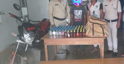 पुलिस ने अवैध शराब तस्करी करने वाले एक युवक एवं 1 विधि से संघर्षरत बालक गिरफ्तार।